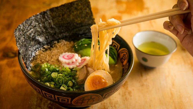 How to eat ramen
